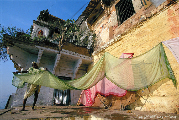 Cary Wolinsky, Drying Saris at the Ghats, 1992.
